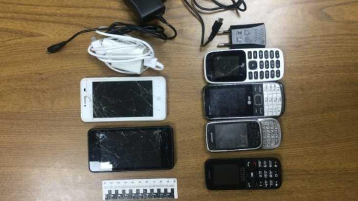 В колонии Брянска двоих мужчин задержали с 6 мобильниками для зеков