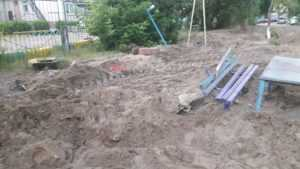 В Брянске на Новозыбковской коммунальщики разворотили детскую площадку