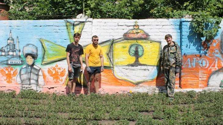Трое брянских художников расписали стену в Стародубе