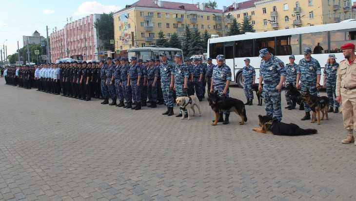 В Брянске на площади Партизан росгвардейцы показали свои навыки