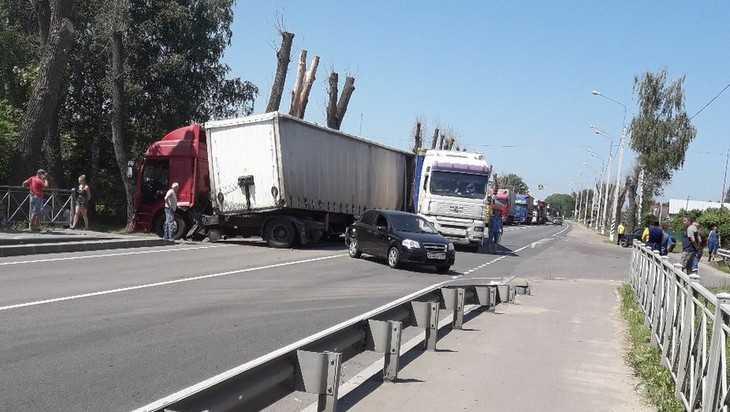 На брянской трассе случилось крупное ДТП с большегрузами и легковушкой