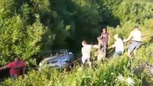 Брянцы сняли видео вытаскивания автомобиля из кювета