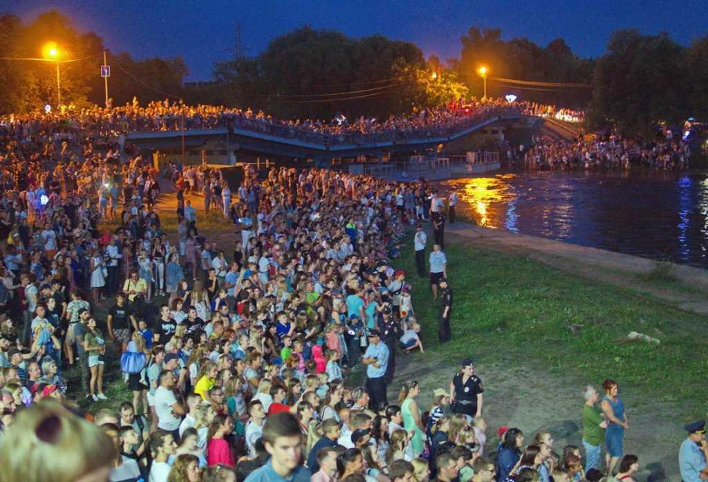 Жителей Брянска поразил праздничный салют на Набережной