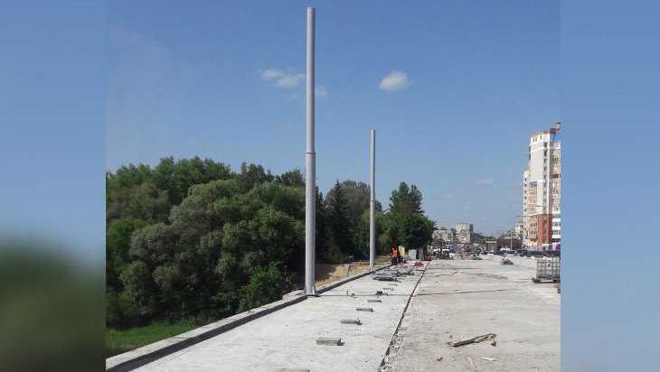 На Первомайском мосту Брянска начали ставить троллейбусные опоры