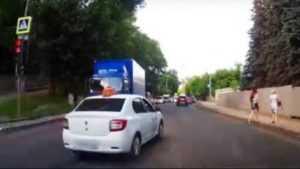 В Брянске водителя Renault наказали за обгон и проезд на красный свет