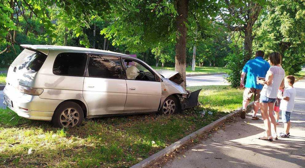 В Брянске автомобиль вылетел на газон и врезался в дерево