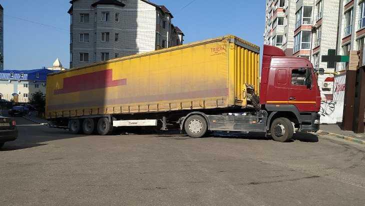 В Брянске грузовик продавил асфальт и провалился возле магазина