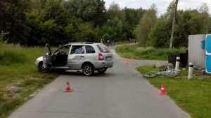В Гордеевке неопытный водитель на «Ладе» сшиб велосипед с бабушкой и внучкой