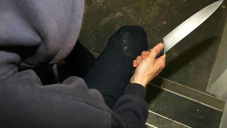 В Новозыбкове жильцы многоэтажки спасли раненного ножом мужчину