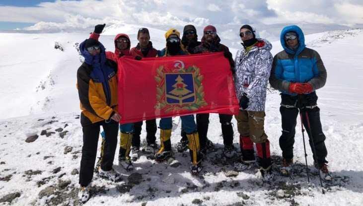 Пятеро брянцев подняли флаг области над Эльбрусом