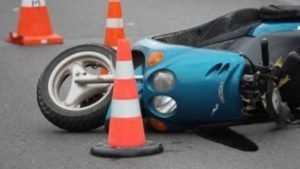 В Клинцах пенсионер на Mitsubishi врезался в скутер и ранил женщину