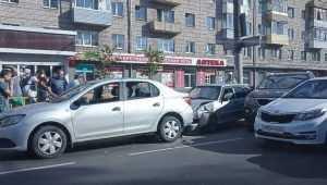 В Брянске массовое ДТП на улице Никитина повлекло большой затор