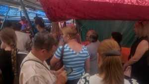 В Брянске выстроилась огромная очередь за дешевой клубникой на рынке