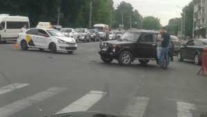 В Брянске с утра пораньше столкнулись «Яндекс.Такси» и «Нива»
