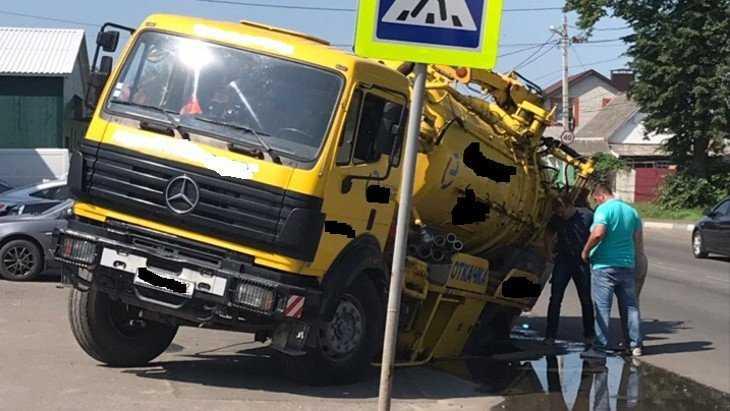 В Брянске ассенизаторская машина угодила в канализационный люк