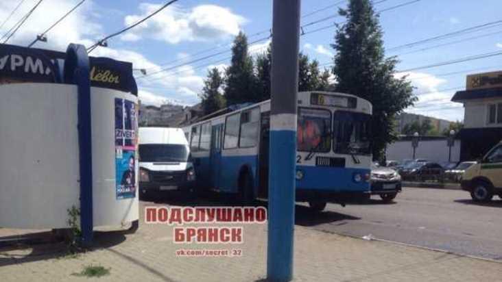 В Брянске у автовокзала столкнулись троллейбус и маршрутка