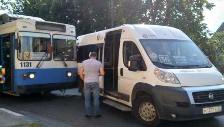 В Брянске столкнулись троллейбус № 12 и маршрутка № 36
