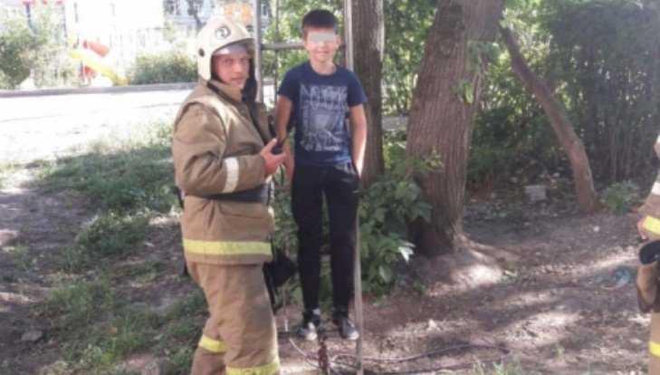 В Мичуринском сотрудники МЧС сняли с дерева 11-летнего школьника