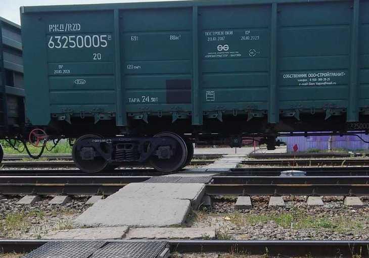 Жителей Жуковки заставили пролезать под вагонами и рисковать жизнью