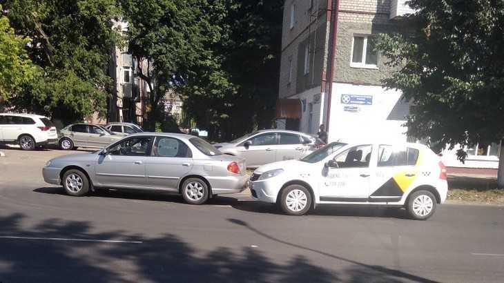 В Брянске за день вторая машина «Яндекс. Такси» попала в ДТП
