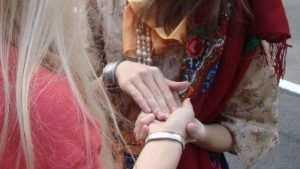 В Брянске гадалка лишила золотых колец 24-летнюю девушку