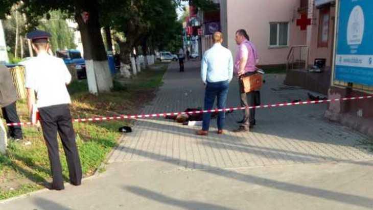 В Брянске возле остановки ударом в шею убили молодого мужчину