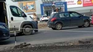 В Брянске на улице Авиационной маршрутка врезалась в легковушку