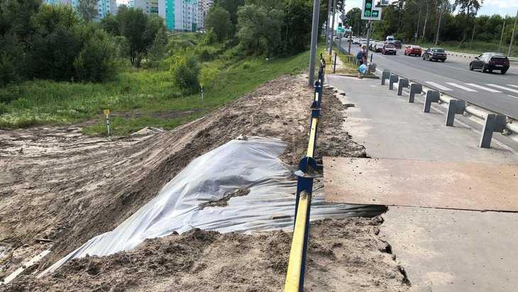В Брянске дамбу на трассе от размыва решили спасти тонкой пленкой