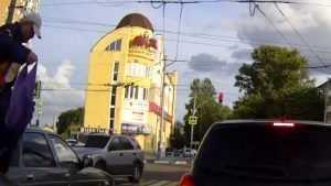 В Брянске на перекрестке странный мужчина прошелся по автомобилю