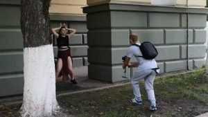 В Брянске возле областной думы сняли видео конвульсивного танца
