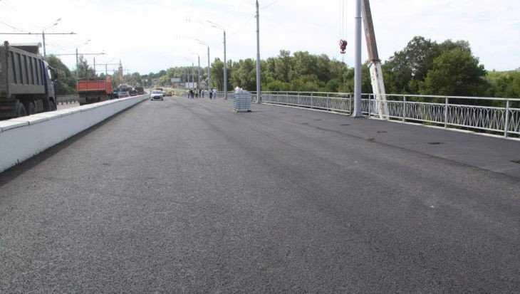 В Брянске завершили асфальтирование дороги на Первомайском мосту