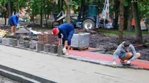 В Брянске в сквере Карла Маркса начали укладывать тротуарную плитку