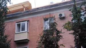 Брянский блогер предупредил об опасном нагромождении досок на крыше