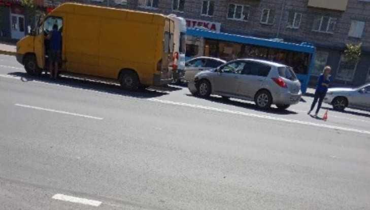 В Брянске столкнулись микроавтобус и легковой автомобиль