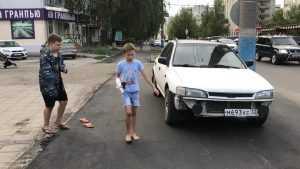 Брянские ребята босыми ногами стали проверять качество новых тротуаров