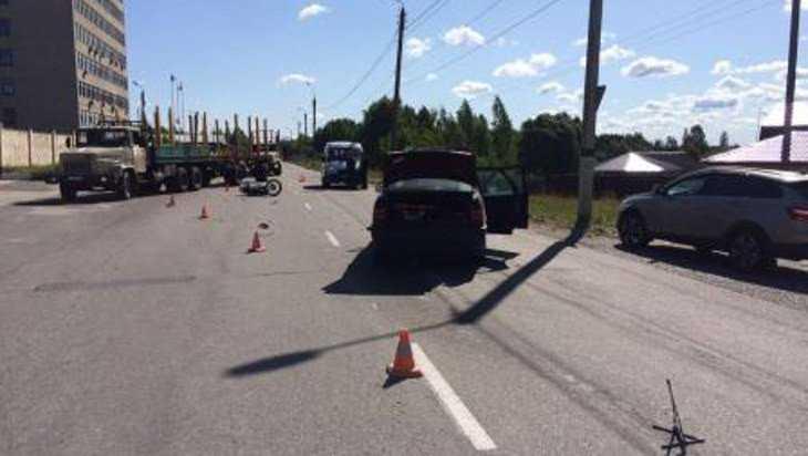 Брянский мотоциклист врезался в два автомобиля и остался жив