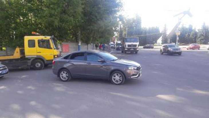 В Брянске возле памятника Летчикам женщина попала под машину
