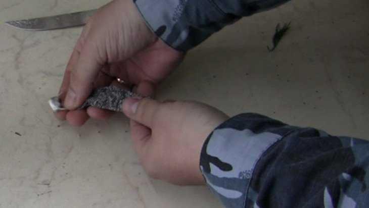 В Суражскую колонию заявилась дама с наркотиками в прическе