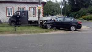 В Клинцах столкнувшиеся легковушка и фургон едва не снесли частный дом