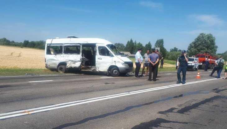 Под Унечей в ДТП с маршруткой и фурой погибли три человека