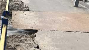 В Брянске провалился асфальт на тротуаре вдоль трассы в 5 микрорайоне