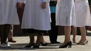В Брянске врач посоветовал пациентке походить 5 недель в перчатках