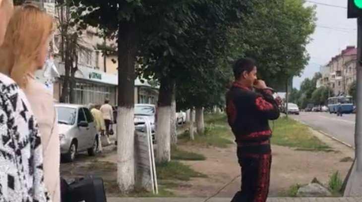В Брянске возле светофора дал зажигательный концерт Элвис Шатунов
