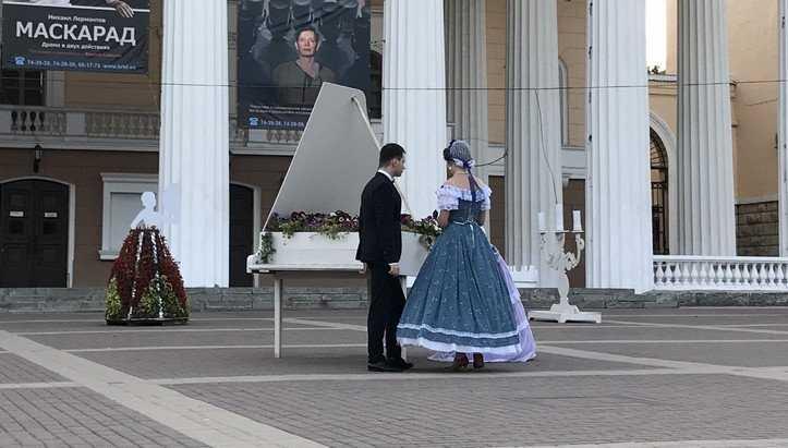 Дамы и господин сыграли на деревянном рояле в Брянске возле театра