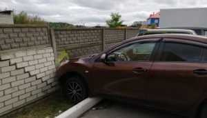 В Брянске автомобиль врезался в кирпичный забор на парковке
