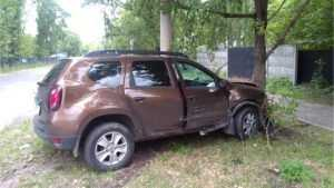 В Брянске Renault при обгоне врезался в Opel, дерево и столб