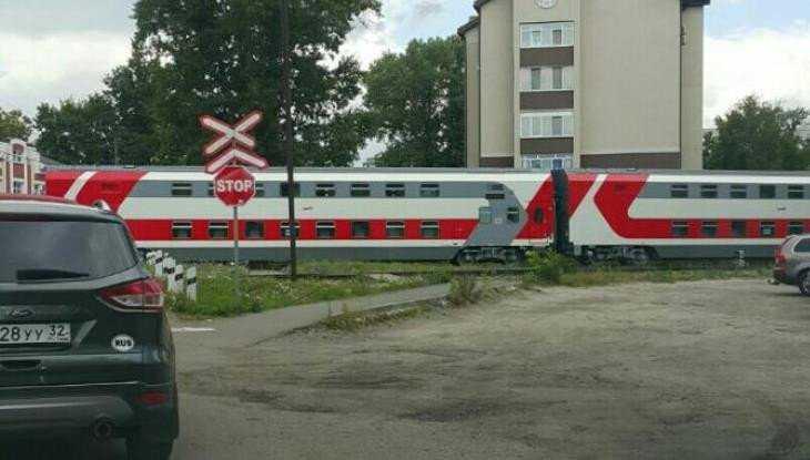 В Брянске заметили поезд с двухэтажными вагонами