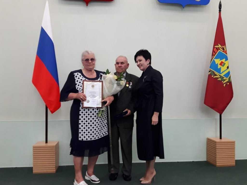 Валентина Миронова вручила награды и памятные медали 43-м семьям Брянщины