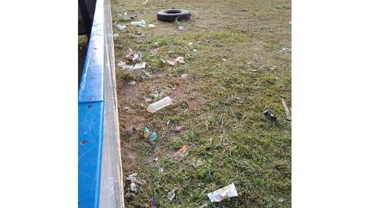 В Почепском районе спортивный корт превратили в свалку
