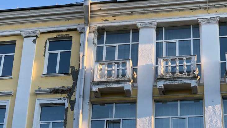 В Брянске ДК железнодорожников стал осыпаться